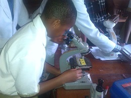 2014.10.01 Student with microscope